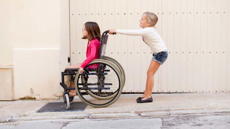 deficiencia crianca cadeira de rodas